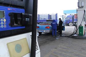"""周三或迎油价""""两连跌"""" 加满油箱可能少花七八块钱"""